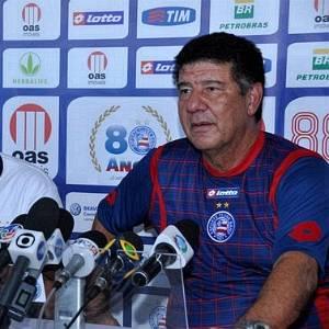 Ao lado do presidente Marcelo Guimarães Filho, Joel Santana é apresentado como novo treinador do Bahia (06/09/2011)