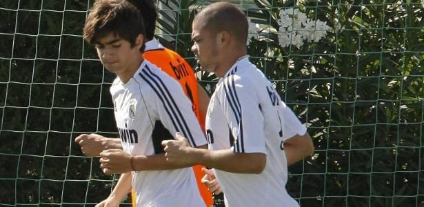 Enzo Zidane (c) participa de treinamento do Real Madrid ao lado de Pepe em 2011 - EFE/Bernardo RodrÌguez