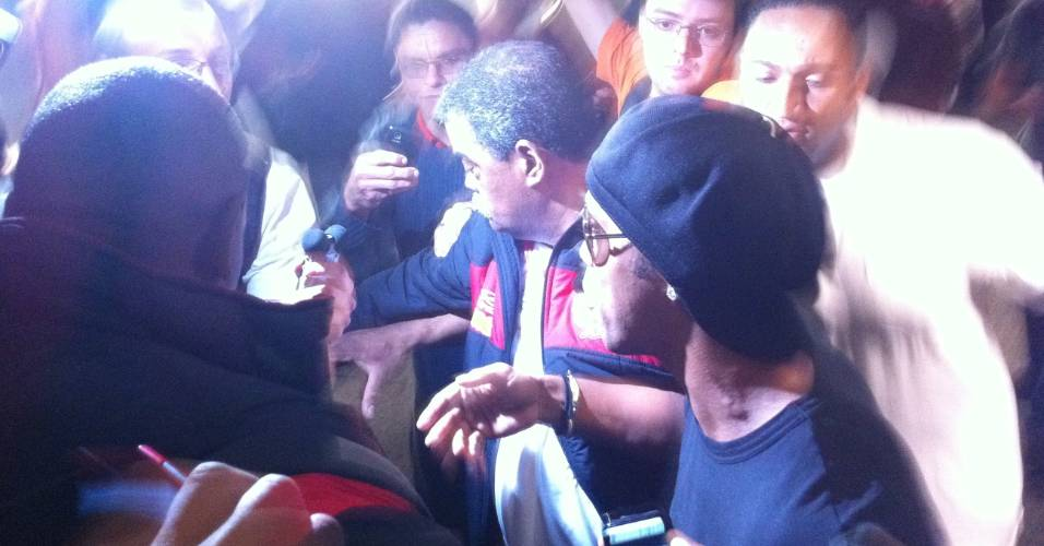Ronaldinho Gaúcho desembarca em SP meio a um tumulto após vitória da seleção brasileira