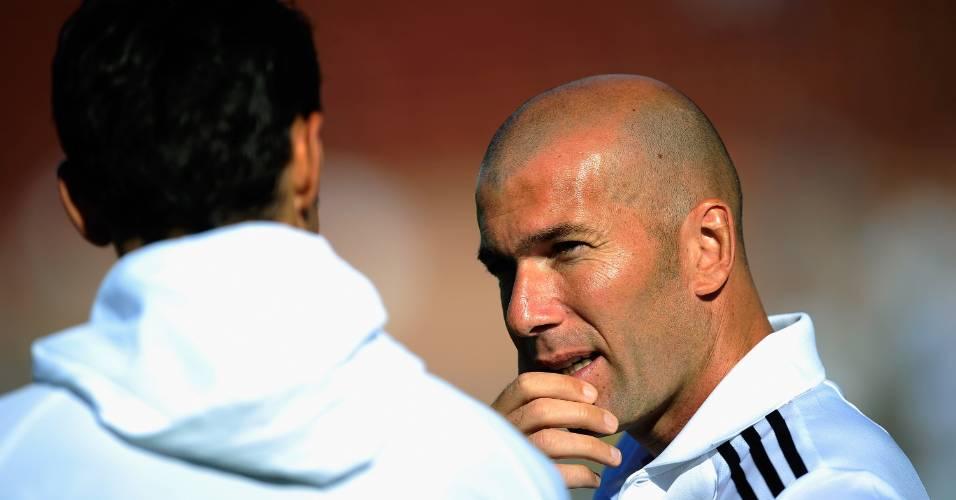 Zidane observa treinamento do Real Madrid em Los Angeles, durante a pré-temporada do clube