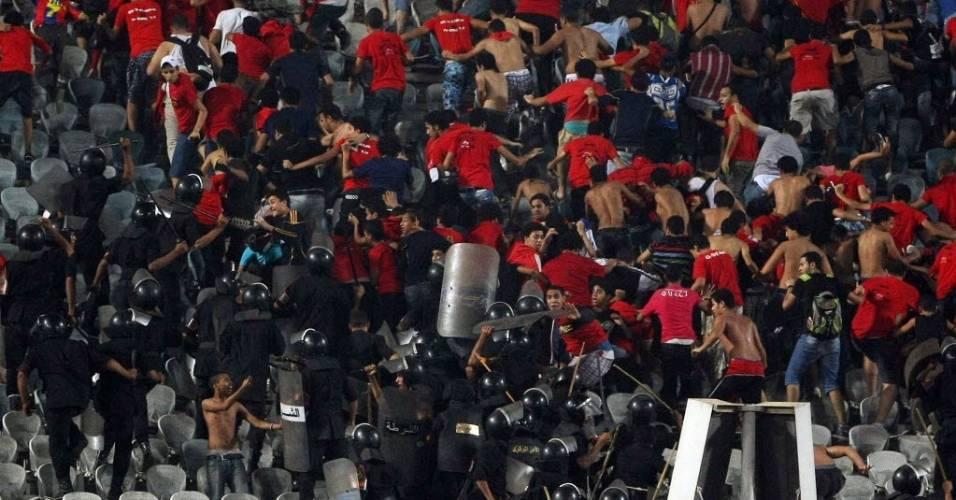 Policiais e torcedores entraram em conflito durante partida da Copa do Egito (06/09/2011)