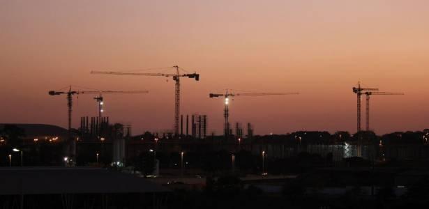 Obra da arena de Brasília ao anoitecer do dia 6 de setembro; trabalhos seguem no prazo