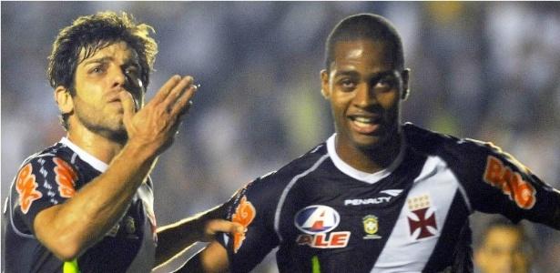 Juninho Pernambucano e Dedé comemoram o primeiro gol do Vasco na partida contra o Coritiba