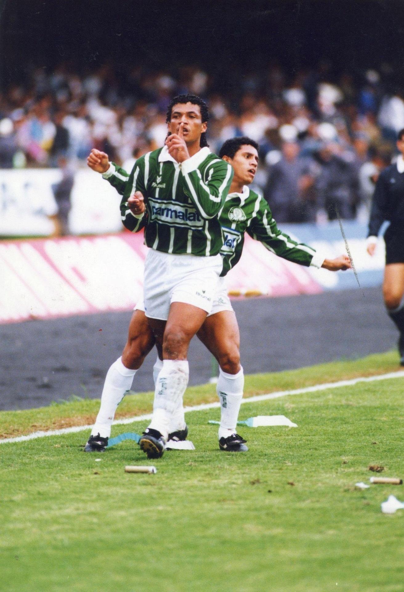 Tonhão e Roberto Carlos comemoram gol do Palmeiras na final do Paulista de 93