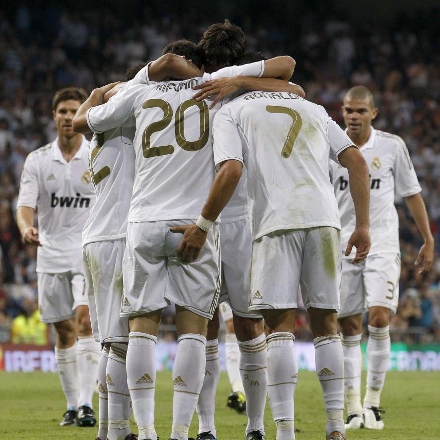 Cristiano Ronaldo comemora gol de Higuain pelo Real Madrid com