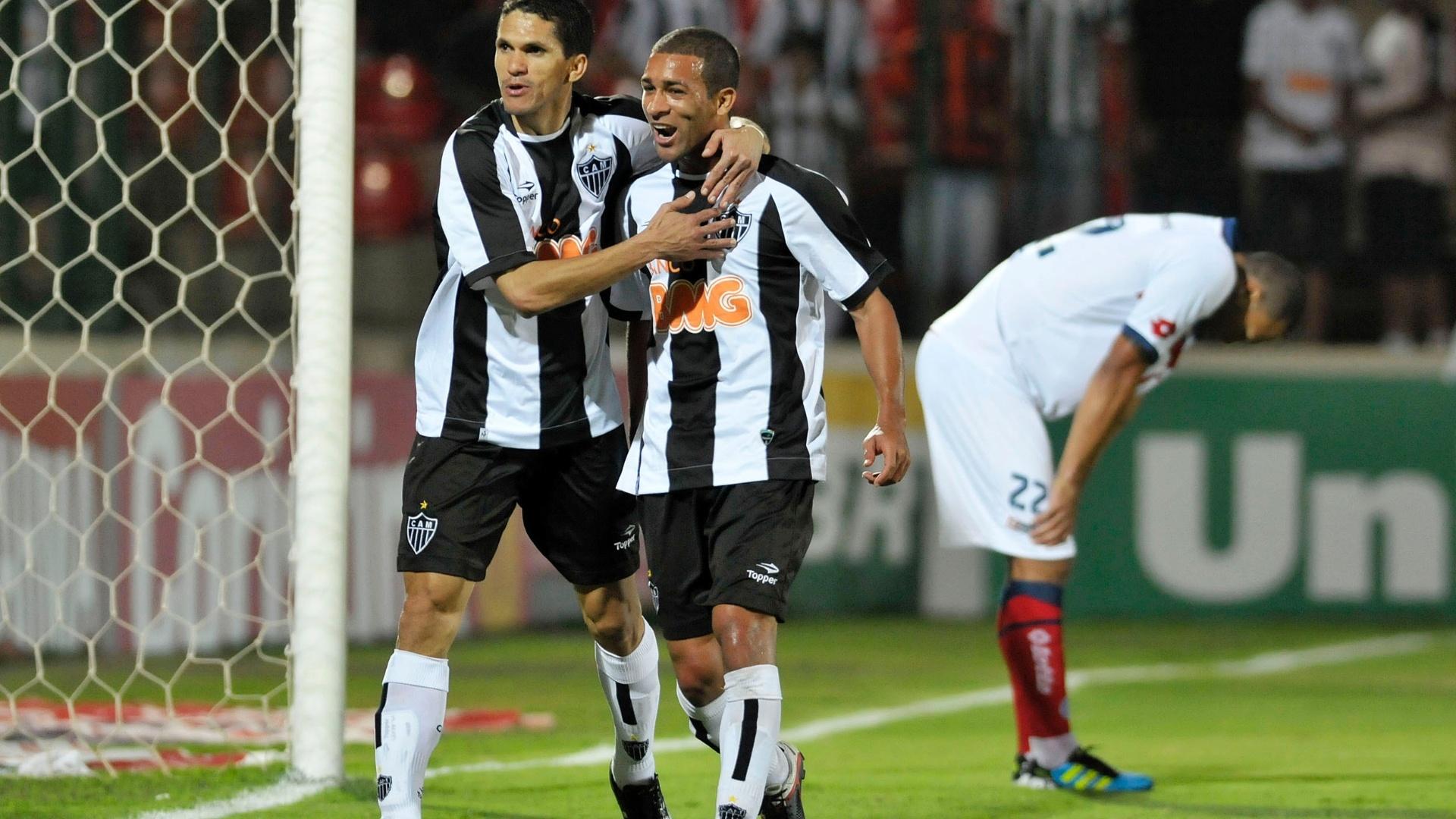Magno Alves (e), do Atlético-MG comemora seu gol durante partida contra o Bahia