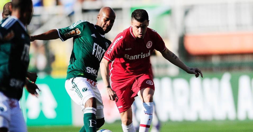 Meia D'Alessandro do Inter na partida contra o Palmeiras no Pacaembu (11/09/2011)
