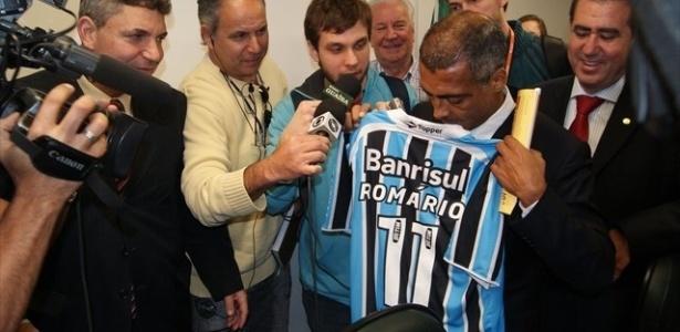 Deputado federal Romário recebe camisa do Grêmio ao visitar obras da Arena
