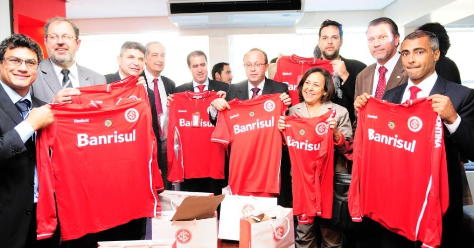 Deputado federal Romário recebe camisa do Inter ao visitar obras de reforma do estádio Beira-Rio (12/09/2011)