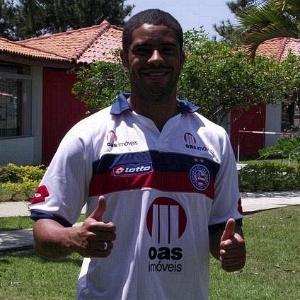 Reis veste a camisa do Bahia pela primeira vez - Divulgação/Bahia
