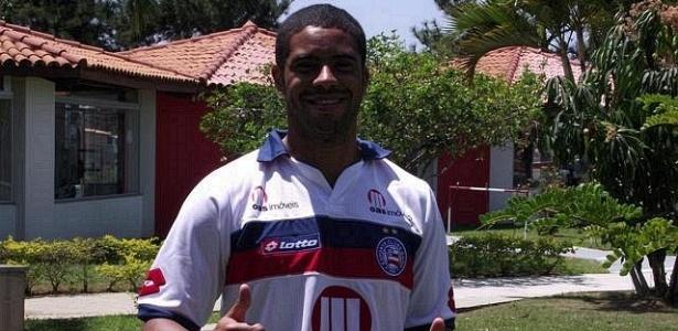 Atacante Reis veste a camisa do Bahia pela primeira vez (13/09/2011)
