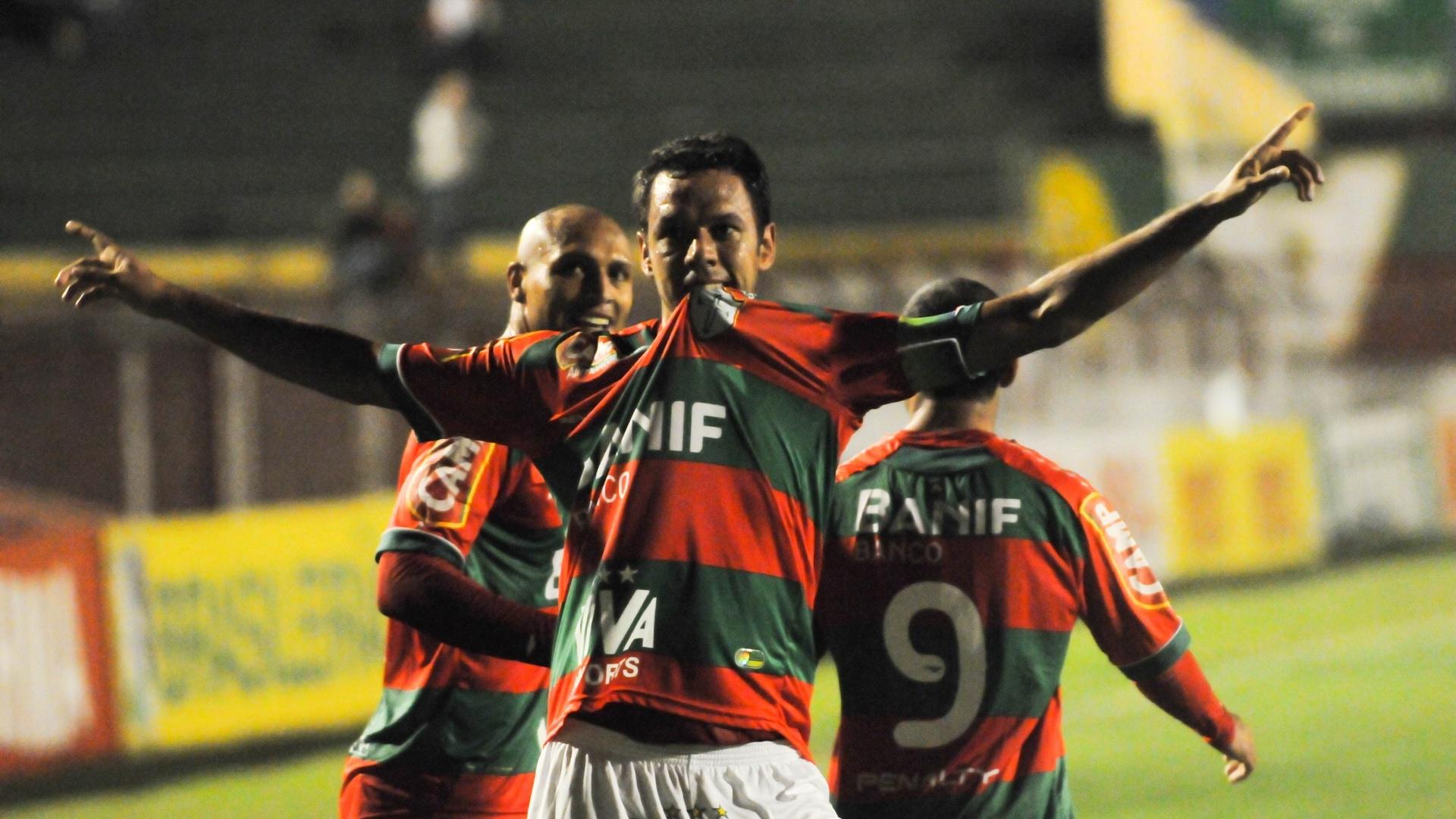 Marco Antônio comemora gol da Portuguesa na virada contra o Grêmio Barueri, no Canindé (13/09/2011)