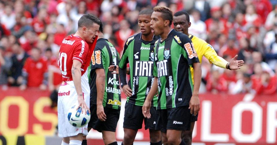 Meia D'Alessandro do Inter reclama que recebeu soco no rosto na partida contra o América-MG (06/06/2011)