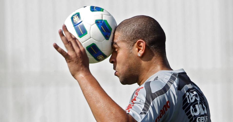 No CT corintiano do Parque Ecologico, Adriano treina com bola e aproveita para dar uma cabeçada certeira