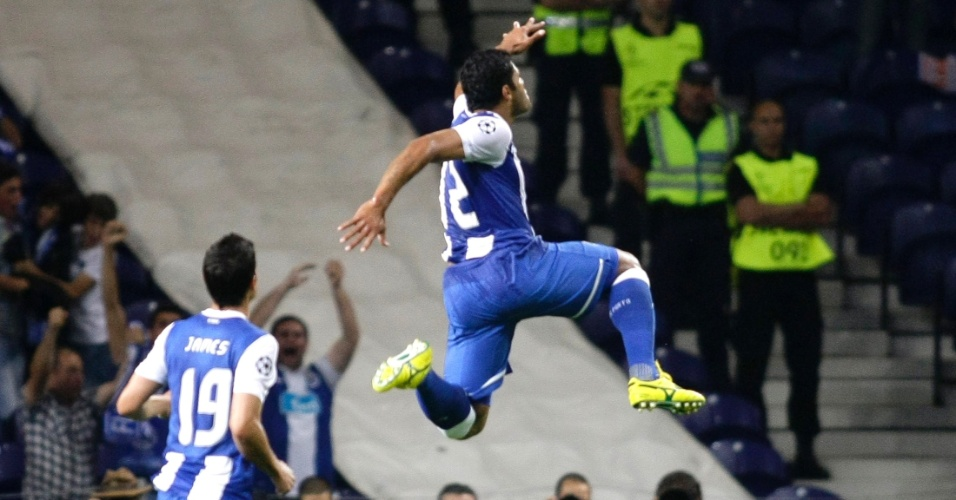 O brasileiro Hulk comemora após fazer gol sobre o Shakhtar Donetsk em duelo válido pelo Grupo G da Liga dos Campeões