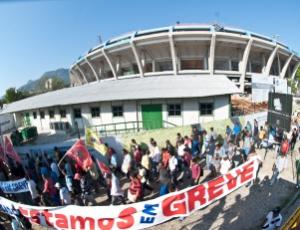 Operários em greve protestam nos arredores do estádio Maracanã e atrapalham o trânsito na região