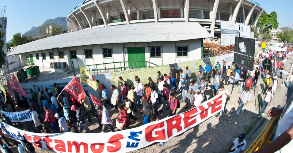 Operários em greve protestam nos arredores do estádio Maracanã