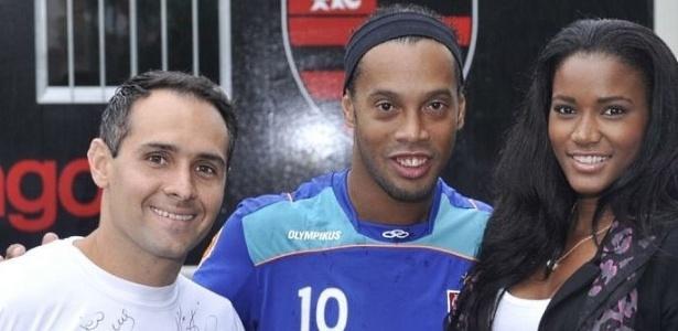 Ronaldinho Gaúcho posa com a Miss Universo Leila Lopes e o jogador Cláudio José