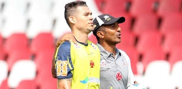 Nilton recebe orientação do técnico Cristóvão Borges durante treino do Vasco