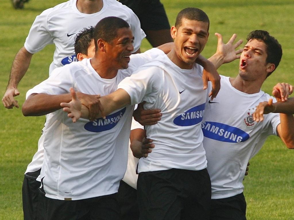 O volante Nilton, do Corinthians, comemora com companheiros o gol que marcou na vitória por 2 a 0 sobre o Santos, no estádio do Pacaembu, pelo Brasileiro (02/09/2007)