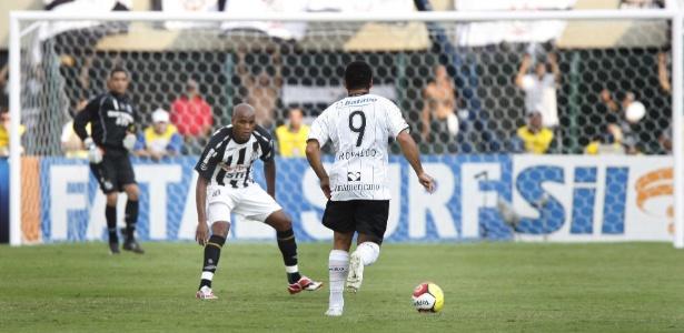 Domingos defendendo a camisa do Santos em 2009, quando marcou Ronaldo Fenômeno  - Fernando Donasci/Folhapress