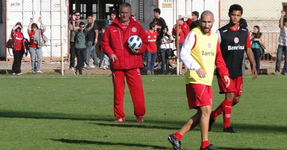 Técnico Dorival Júnior no treino do Inter no estádio Beira-Rio; Guiñazu e Elton à direita (15/09/2011)