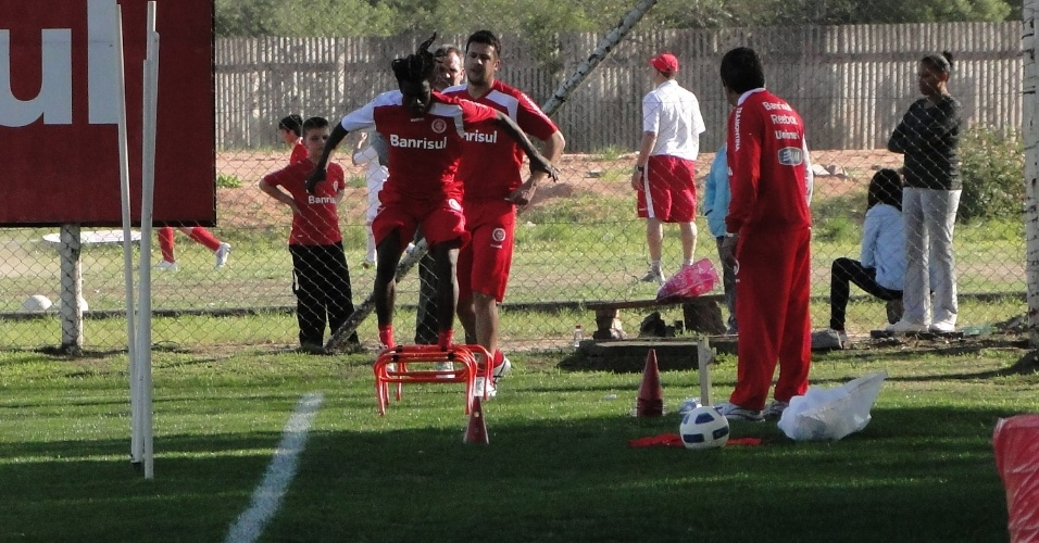 Volante Tinga e zagueiro Sorondo realizam trabalho físico depois de voltar de lesão (15/09/2011)