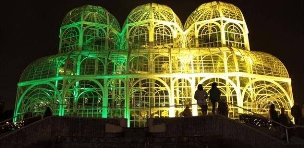 Estufa do Jardim Botânico, em Curitiba, recebe iluminação alusiva à Copa de 2014