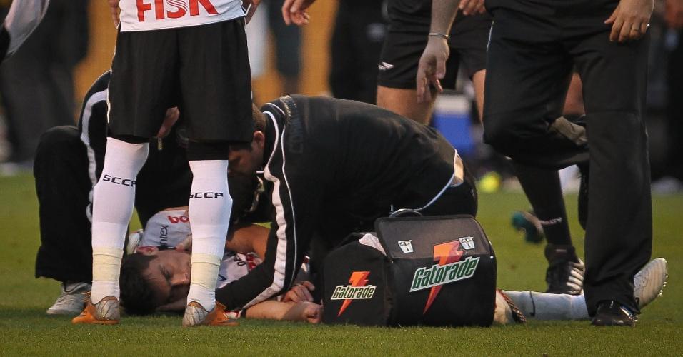 Alex é atendido após desmaiar em campo na derrota do Corinthians para o Santos