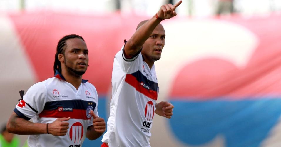 Souza e Carlos Alberto comemoram gol do Bahia contra o Fluminense
