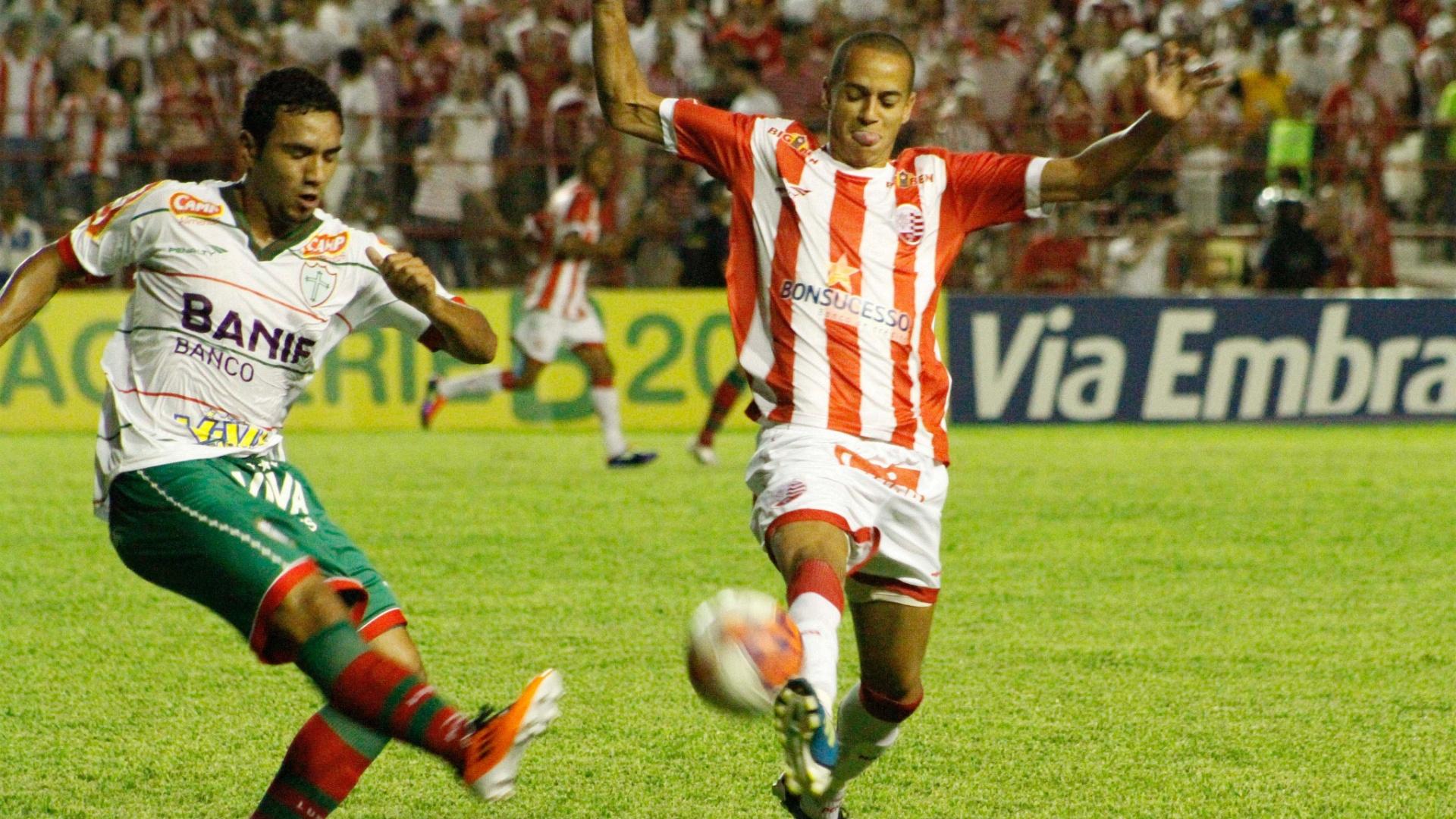 Boquita e Derley disputam a bola durante jogo entre Náutico e Portuguesa, nos Aflitos (30/08/2011)