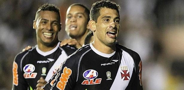 Diego Souza, Elton e Rômulo fazem a festa durante comemoração de gol do Vasco