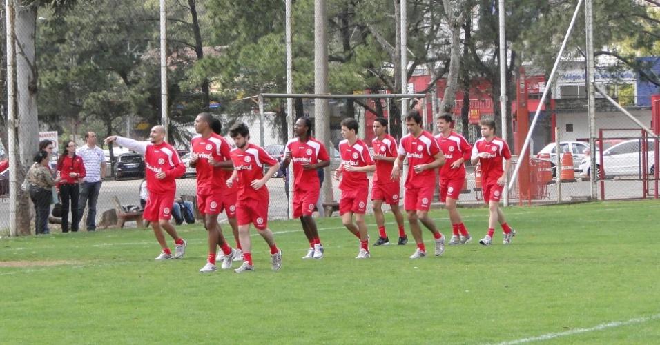 Jogadores do Inter realizam trabalho físico no gramado suplementar do estádio Beira-Rio (19/09/2011)