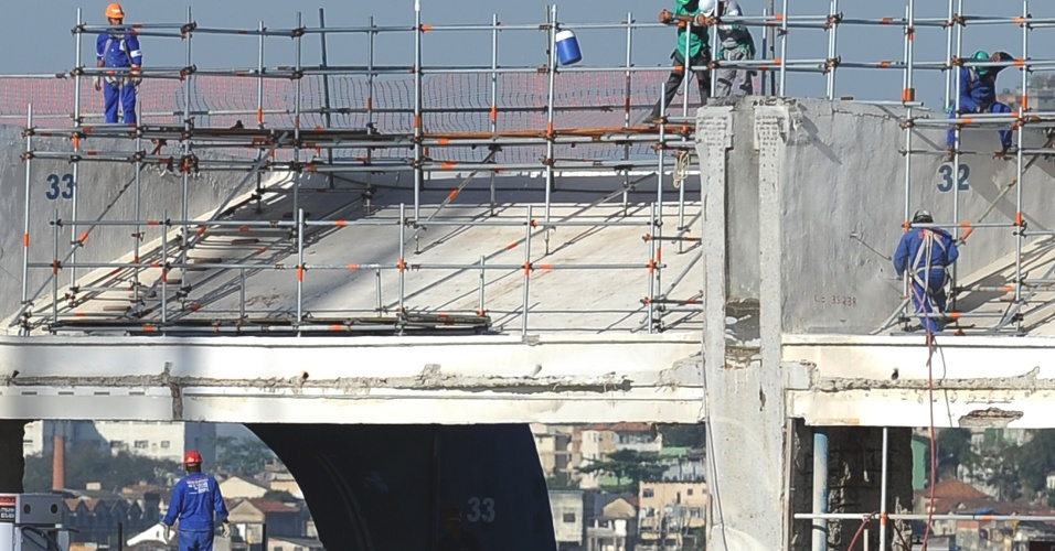 Operários retomam trabalhos nas obras do Maracanã para a Copa-2014 após encerrarem greve (19/09/11)