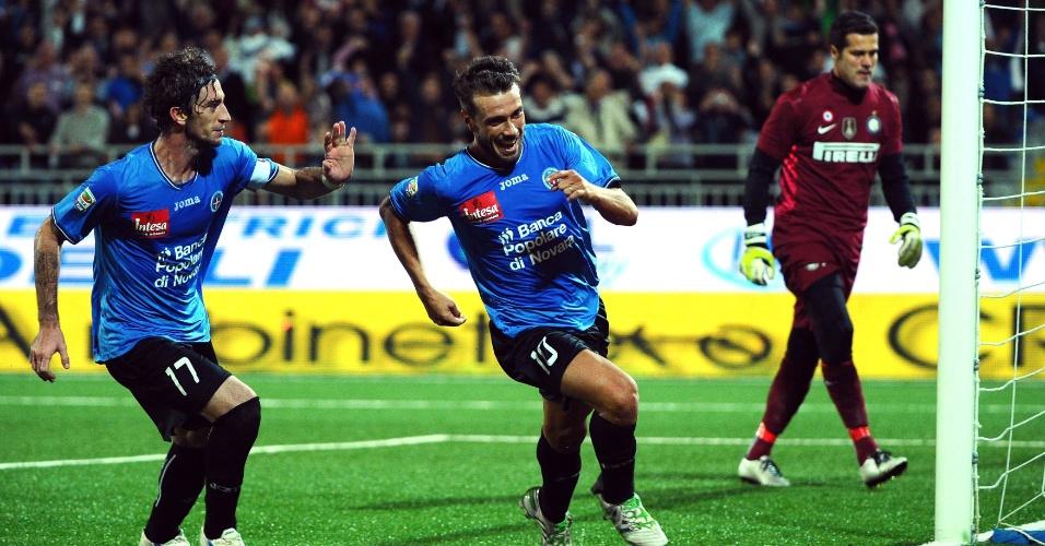 Marco Rigoni (c) comemora um gol do Novara contra a Inter de Milão enquanto Julio Cesar (d) lamenta (20/09/2011)