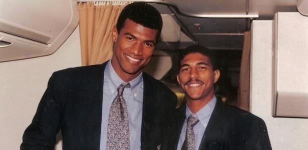 Axel (direita) posa para foto ao lado de Júnior Baiano