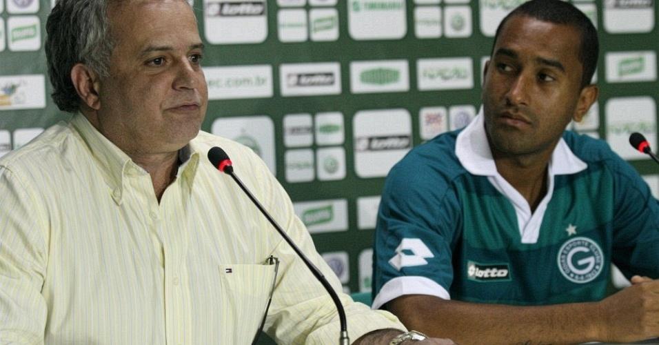 Gérson, novo lateral-esquerdo do Goiás, é apresentado pelo diretor de futebol Marcelo Segurado (20/09/2011)
