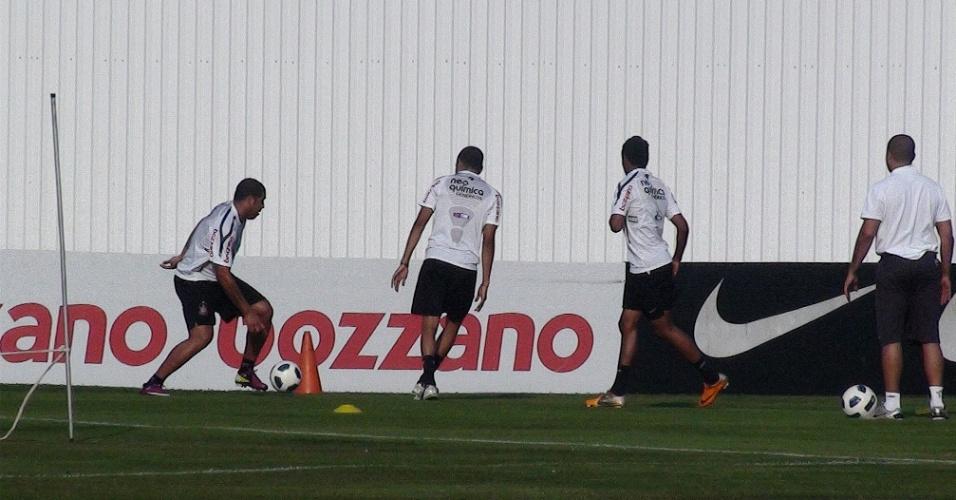 Adriano participa de jogo de dois contra dois com outros jogadores que se recuperam de lesão