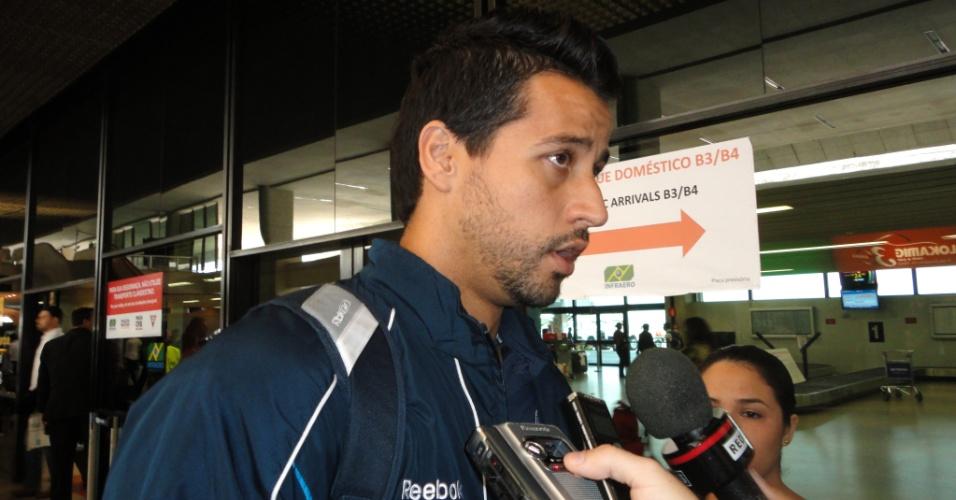 Goleiro Fábio durante desembarque do Cruzeiro no Aeroporto de Confins (22/9/2011)