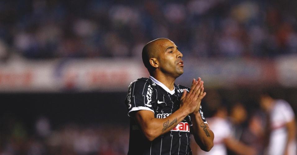 Corintiano Emerson Sheik lamenta gol perdido contra o São Paulo (21/9/2011)