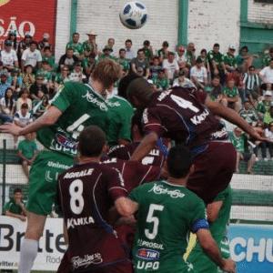 Grolli (com a camisa 4) afasta bola em jogo da Chapecoense; jogador será anunciado pelo Grêmio