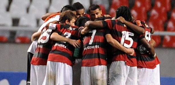 Jogadores do Fla unidos após uma vitória no Campeonato Brasileiro: momento decisivo