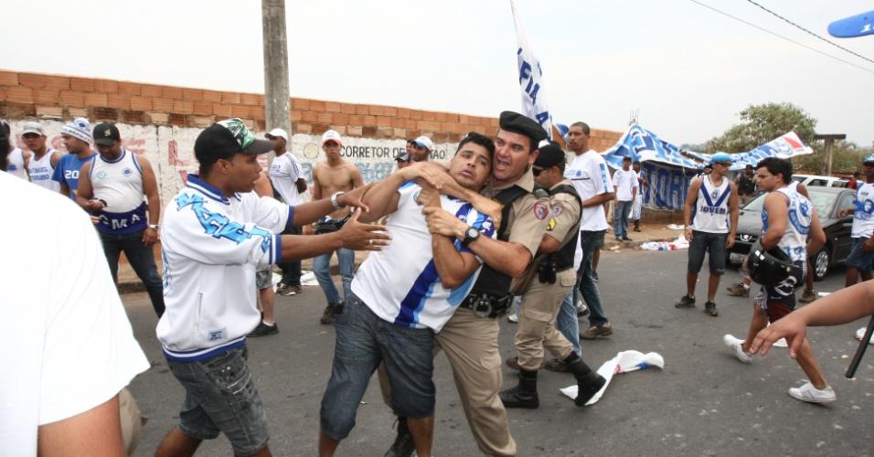 Torcida do Cruzeiro e policiais entram em choque durante protesto em Belo Horizonte