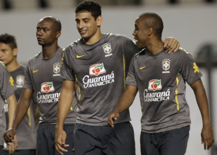 Diego Souza e Borges confraternizam durante o treino da seleção nesta segunda; time enfrenta a Argentina mais uma vez, na quarta