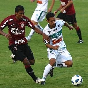 Volante Djair (dir.), do Coritiba, em jogo diante do Corinthians, pelo Campeonato Brasileiro