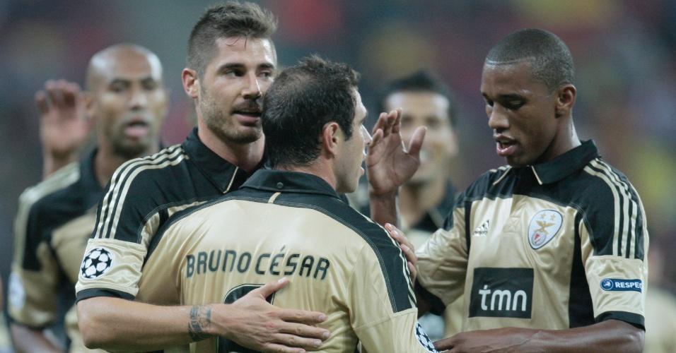 Companheiros cumprimentam Bruno César após gol sobre o Otelul Galati, da Romênia (27/09/2011)
