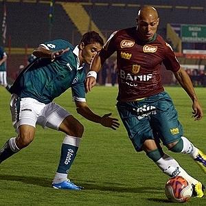 Edno tenta passar pela marcação no jogo Portuguesa x Goiás, no Canindé (27/09/2011)