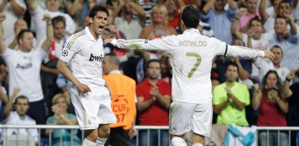 Kaká vai ao delírio com gol contra o Ajax e Cristiano Ronaldo corre para abraçá-lo