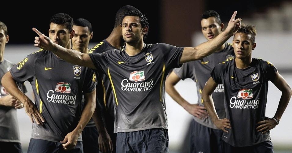 Observado por Diego Souza e Neymar, Fred gesticula no treino desta terça, com a seleção (27/09/2011)