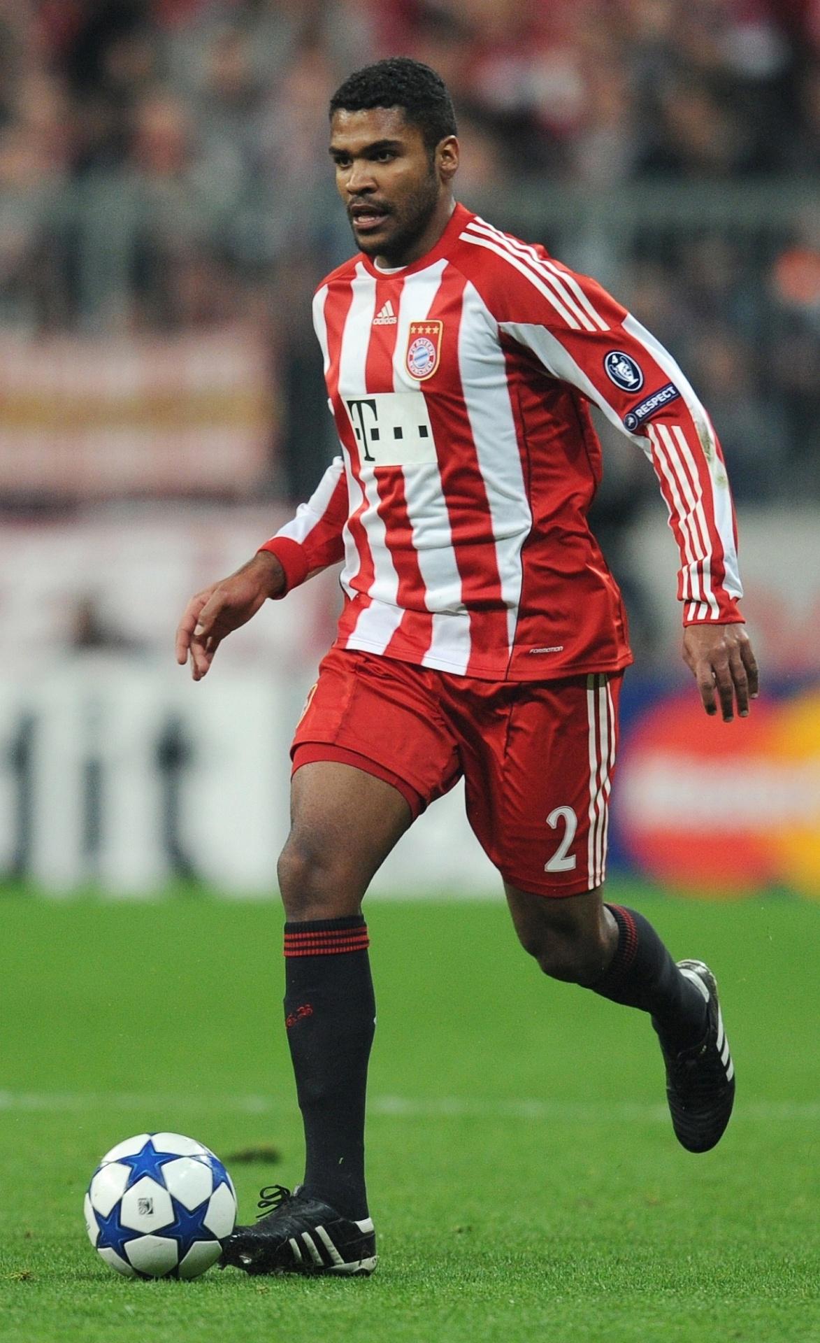 O zagueiro Breno, do Bayern de Munique, domina a bola durante jogo contra a Internazionale (15/03/2011)